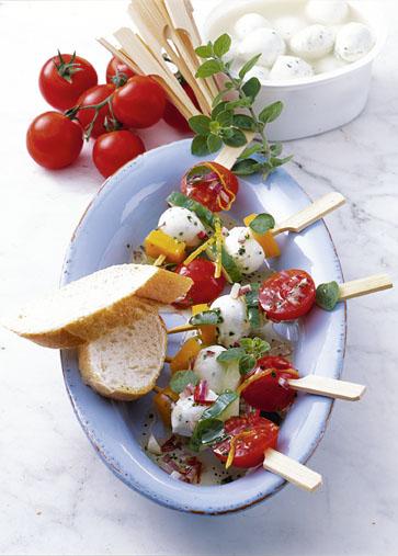 Snack-Rezept: Basilikum-Mozzarella-Spießchen in würziger Marinade - Foto: Wirths PR