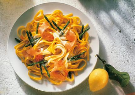 Perfekte Rezepte zur Spargelzeit - Hauptspeise: Linguine mit Spargelspitzen und Lachsstreifen - Foto: Wirths PR