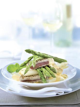 Hauptspeise: Gebratener Pfeffer-Thunfisch auf zweierlei Spargel mit Basilikum-Orangen-Hollandaise - Foto: Deutsches Weintor / Wirths PR