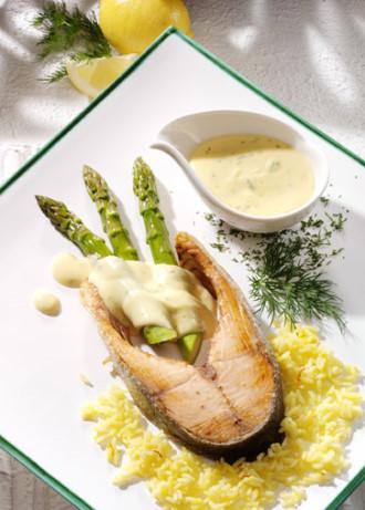 Hauptspeise: Spargel mit Lachskotelette und Dill-Hollandaise - Foto: Wirths PR