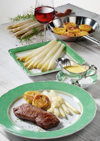 Spargelzeit - Hauptspeise: Spargel mit Steaks, Kartoffelplätzchen und Bernaise - Foto: Wirths PR