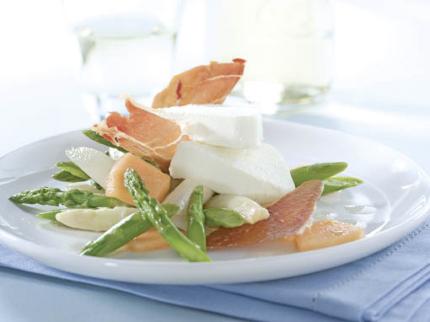Spargelparfait mit Parmaschinkenchips auf Spargel-Melonen-Salat - Foto: Deutsches Weintor / Wirths PR
