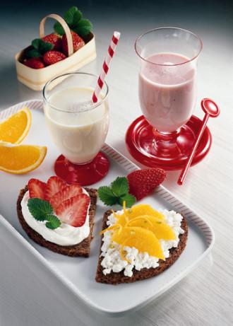 Vitaminbrote mit Erdbeer-Shake (Vegetarier geeignet) - Foto: Wirths PR