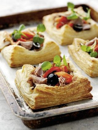 Snack-Rezept: Blätterteigtörtchen mit Tomatenfüllung und Thunfisch - Foto: Wirths PR