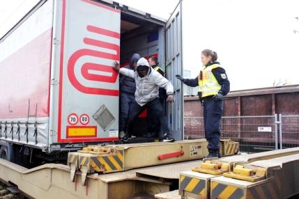 bundespolizei-entdeckt-23-migranten-in-gueterzug