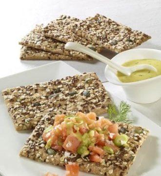 Snack-Rezept: Knäckebrot mit Lachstatar - Foto: Wirths PR / Dr. Karg Genießer-Knäckebrot